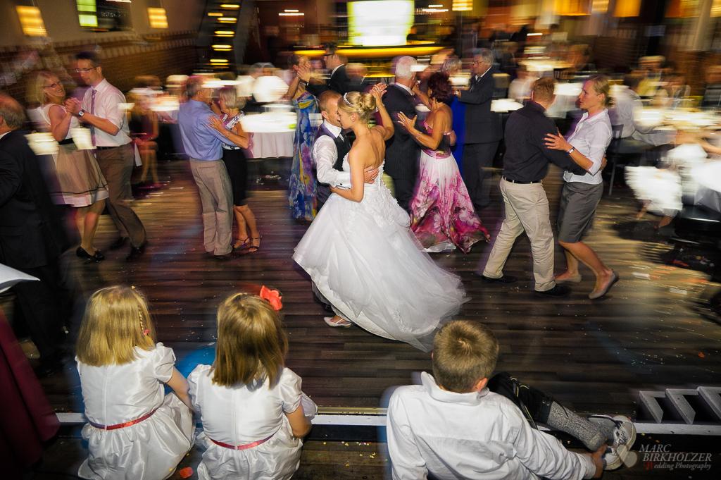 Eine Hochzeitsreportage auf der Feier mit dem tanzenden Hochzeitspaar und Gästen in Berlin Köpenick in der Location Freiheit 15 fotografiert vom Hochzeitsfotograf Berlin Marc Birkhoelzer www.hochzeitsaufnahmen.com