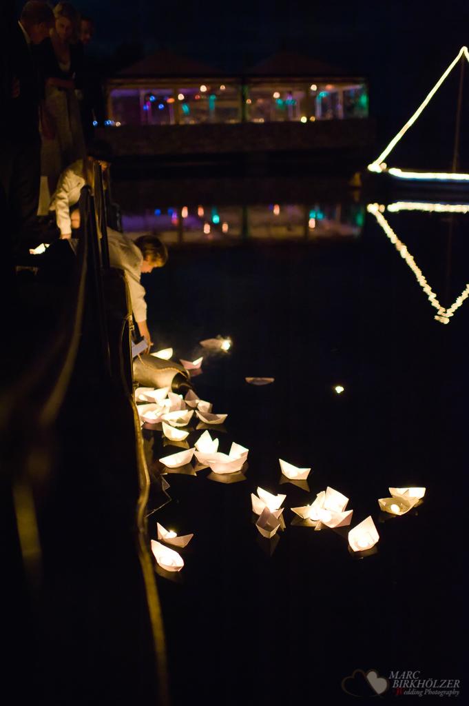 Eine Ganztages-Hochzeitsreportage im Seebad-Casino und Insel Falkenstein von Papierschiffchen mit Kerzen auf dem Rangsdorfer See fotografiert vom Hochzeitsfotograf Berlin Marc Birkhoelzer www.hochzeitsaufnahmen.com