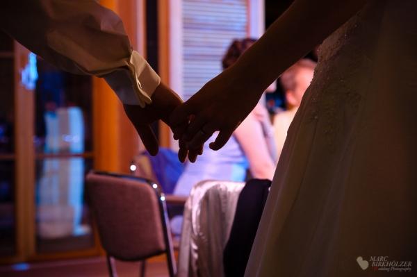 Das Hochzeitspaar Hand in Hand von der Tanzfläche gehend auf der Hochzeitsfeier im Gut Klostermühle Alt Madlitz fotografiert vom Hochzeitsfotograf Berlin Marc Birkhoelzer www.hochzeitsaufnahmen.com