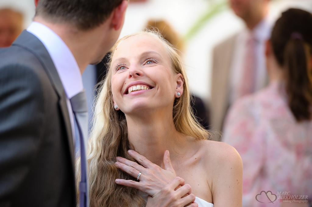 Ein Blick der Braut zu ihrem Bräutigam auf der Hochzeitsfeier in der Location Freiheit 15 in Berlin Köpenick gesehen und fotografiert vom Hochzeitsfotograf Berlin Marc Birkhoelzer www.hochzeitsaufnahmen.com