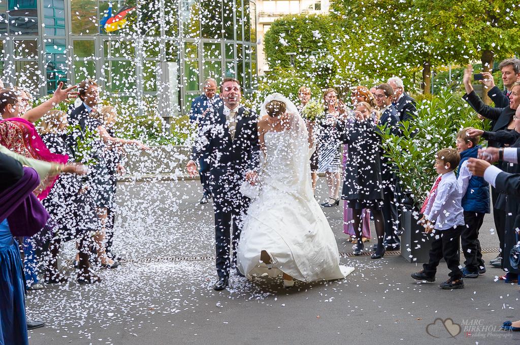 Hochzeitsreportage im Konfettiregen am AMERON Hotel ABION Spreebogen Berlin fotografiert vom Hochzeitsfotograf Berlin Marc Birkhoelzer www.hochzeitsaufnahmen.com