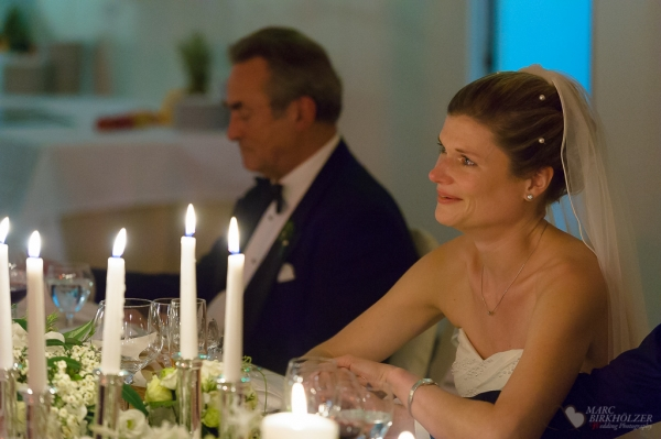 Zu Tränen gerührte Braut bei der Hochzeitsrede im AMERON Hotel ABION Spreebogen Berlin fotografiert vom Hochzeitsfotograf Berlin Marc Birkhoelzer www.hochzeitsaufnahmen.com