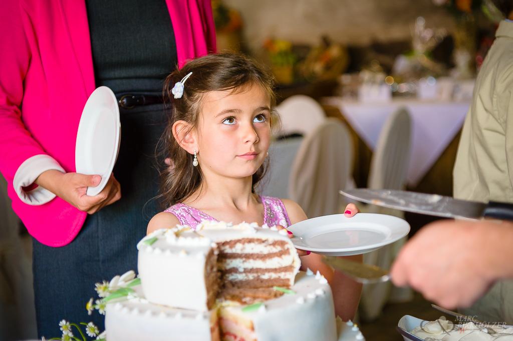 Große und kleine Gäste möchten von der Hochzeitstorte fotografiert vom Hochzeitsfotograf Berlin Marc Birkhoelzer www.hochzeitsaufnahmen.com
