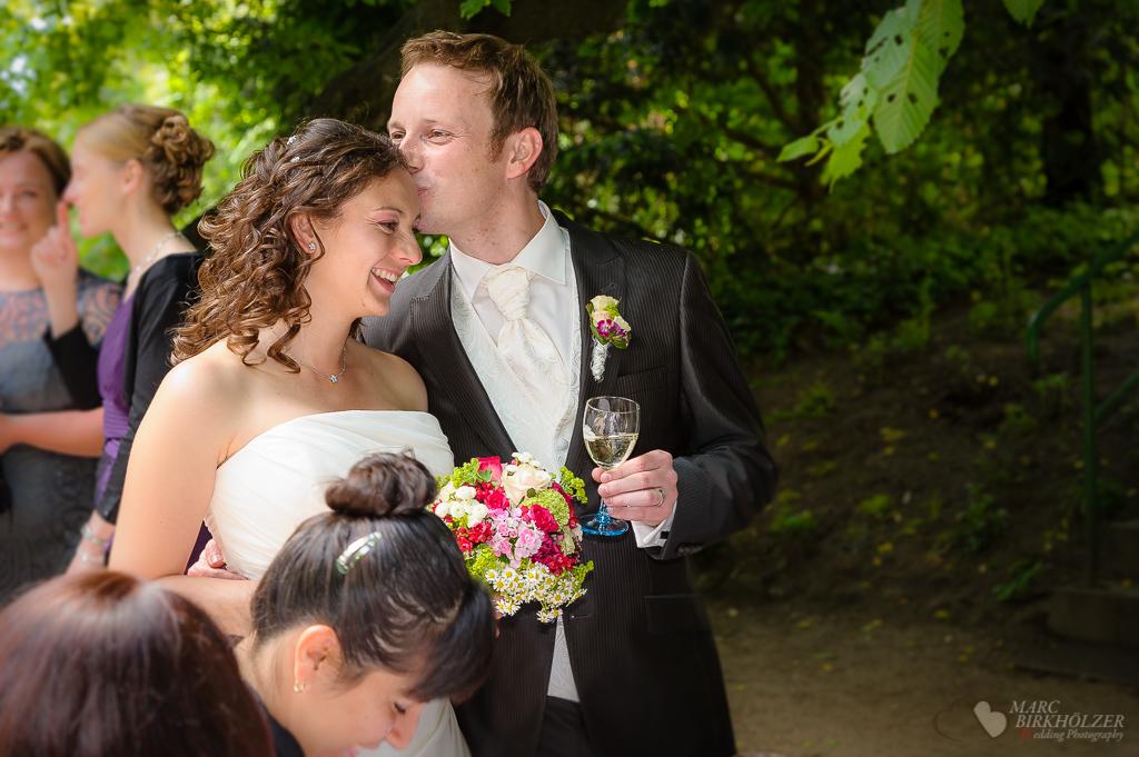 Ein schöner Moment des Hochzeitspaares beim Sektempfang am Schloß Wiesenburg fotografiert vom Hochzeitsfotograf Berlin Marc Birkhoelzer www.hochzeitsaufnahmen.com