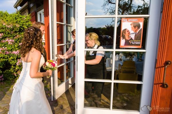 Die Hochzeit des Jahres im Landhaus Alte Schmiede in Lühnsdorf bei der Buffeteröffnung fotografiert vom Hochzeitsfotograf Berlin Marc Birkhoelzer www.hochzeitsaufnahmen.com