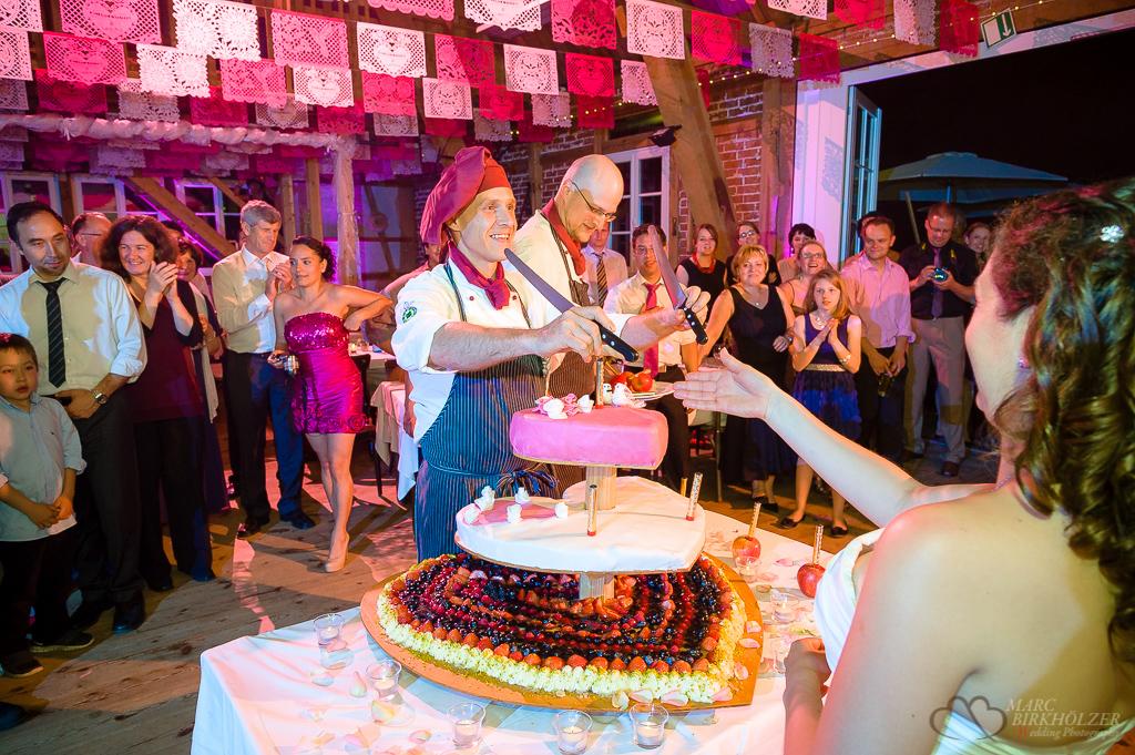 Anschneiden der leckeren Hochzeitstorte durch das Hochzeitspaar im Landhaus Alte Schmiede in Lühnsdorf fotografiert vom Hochzeitsfotograf Berlin Marc Birkhoelzer www.hochzeitsaufnahmen.com