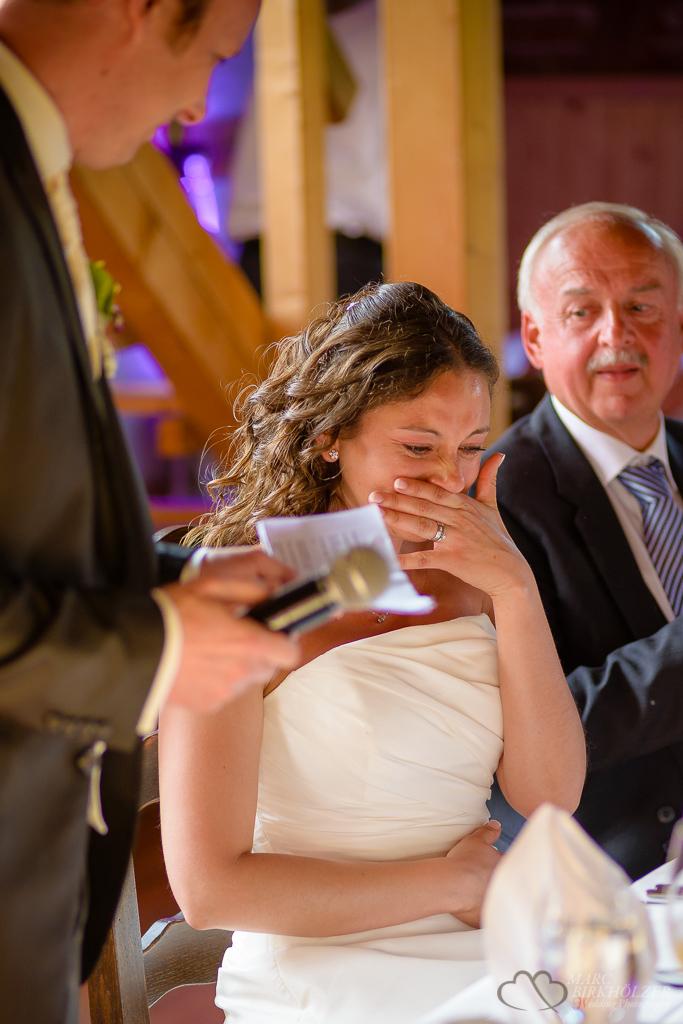 Ergreifende Momente voller Freudentränen bei der Rede des Bräutigam im Landhaus Alte Schmiede in Lühnsdorf fotografiert vom Hochzeitsfotografen Berlin Marc Birkhoelzer www.hochzeitsaufnahmen.com