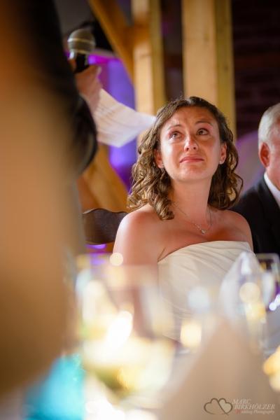 Rührende Freudentränen der Braut bei der Rede des Bräutigam im Landhaus Alte Schmiede in Lühnsdorf fotografiert vom Hochzeitsfotograf Berlin Marc Birkhoelzer www.hochzeitsaufnahmen.com