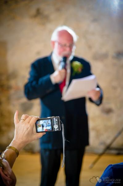 In Wegendorf Hochzeitsrede an das Brautpaar geknipst von einem Gast und fotografiert vom Hochzeitsfotograf Berlin Marc Birkhoelzer www.hochzeitsaufnahmen.com