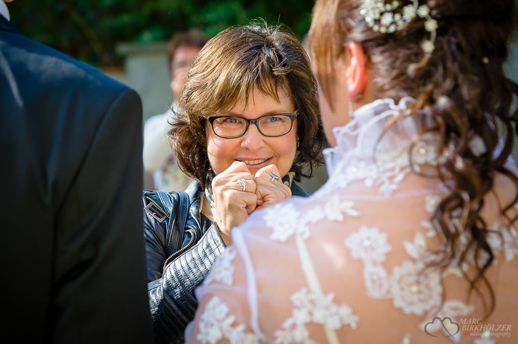 Gäste gratulieren dem Hochzeitspaar nach der standesamtlichen Trauung in der Schloßkirche Schöneiche bei Berlin fotografiert vom Hochzeitsfotograf Berlin Marc Birkhoelzer www.hochzeitsaufnahmen.com