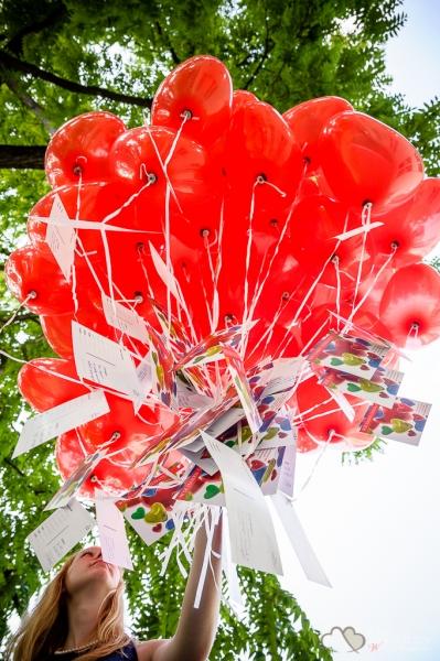 Hochzeitsreportagefoto von Luftballons auf der Schlossinsel Köpenick fotografiert vom Hochzeitsfotografen Berlin Marc Birkhoelzer www.hochzeitsaufnahmen.com