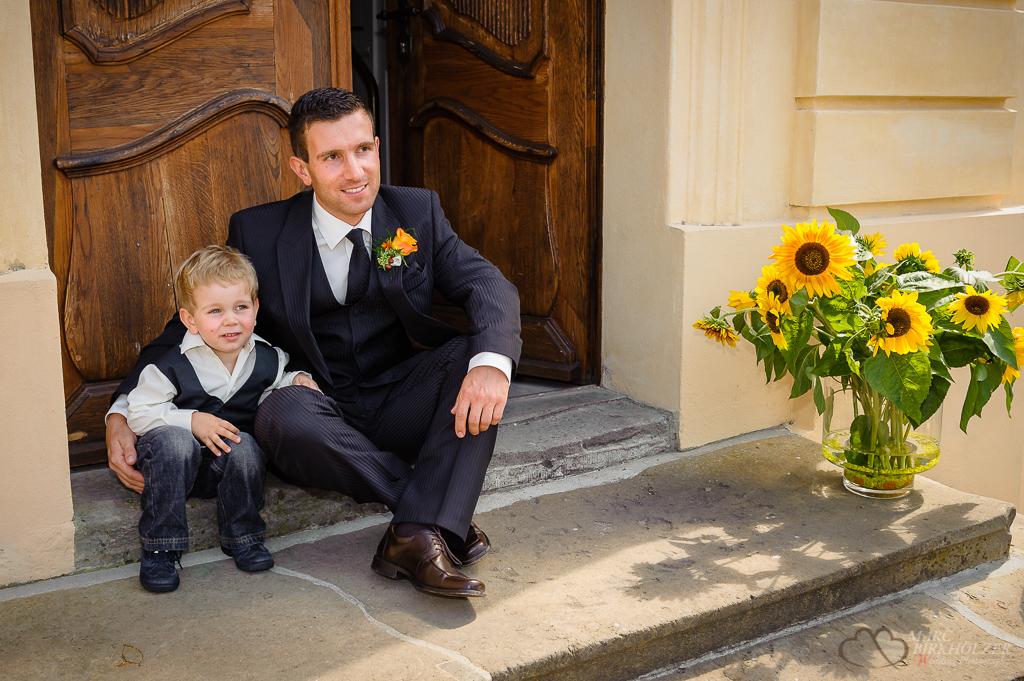 Vater und Sohn warten auf die Braut und Mutter vor dem Schloß Reckahn am Kloster Lehnin fotografiert vom Hochzeitsfotograf Berlin Marc Birkhoelzer www.hochzeitsaufnahmen.com