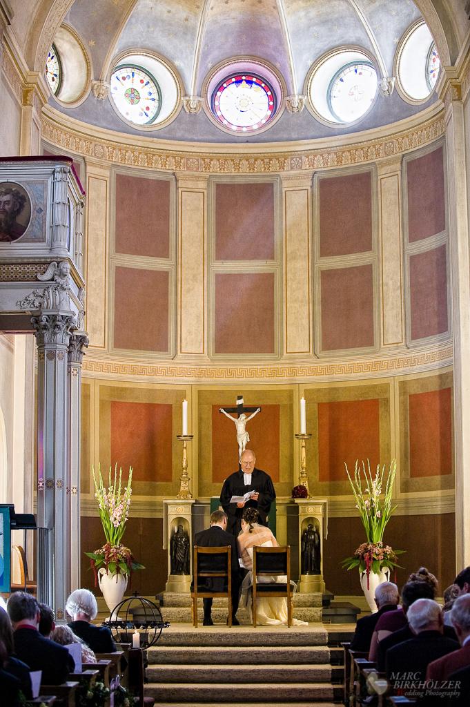 Trauung in der Kirche-Nikolskoe St. Peter und Paul fotografiert vom Hochzeitsfotograf Berlin Marc Birkhoelzer www.hochzeitsaufnahmen.com