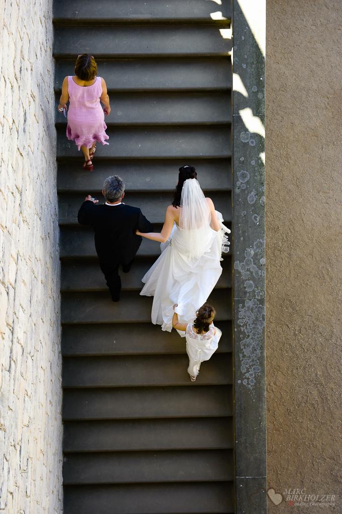 Vater führt seine Tocher zur Trauung im Belvedere auf dem Pfingstberg Potsdam fotografiert vom Hochzeitsfotograf Berlin Marc Birkhoelzer www.hochzeitsaufnahmen.com