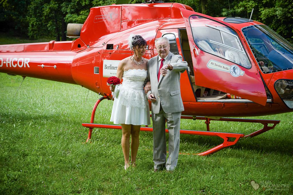 Vater und Braut fliegen mit dem Hubschrauber des Air Service Berlin in das Schloss Hubertushöhe Storkow fotografiert vom Hochzeitsfotograf Berlin Marc Birkhoelzer www.hochzeitsaufnahmen.com