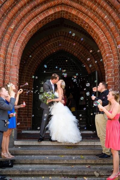 Der Hochzeitskuss im Standesamt Berlin Köpenick fotografiert vom Hochzeitsfotograf Berlin Marc Birkhoelzer www.hochzeitsaufnahmen.com