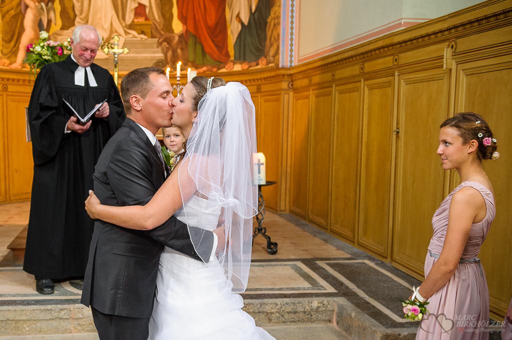 Blicke auf das Hochzeitspaar beim Hochzeitskuss in der Heilandskirche am Port von Sacrow nahe Potsdam fotografiert vom Hochzeitsfotograf Berlin Marc Birkhoelzer www.hochzeitsaufnahmen.com