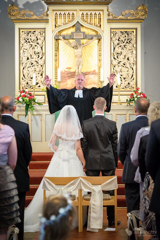 Der kirchliche Segen in der Christuskirche Berlin Oberschöneweide fotografiert vom Hochzeitsfotograf Berlin Marc Birkhoelzer www.hochzeitsaufnahmen.com