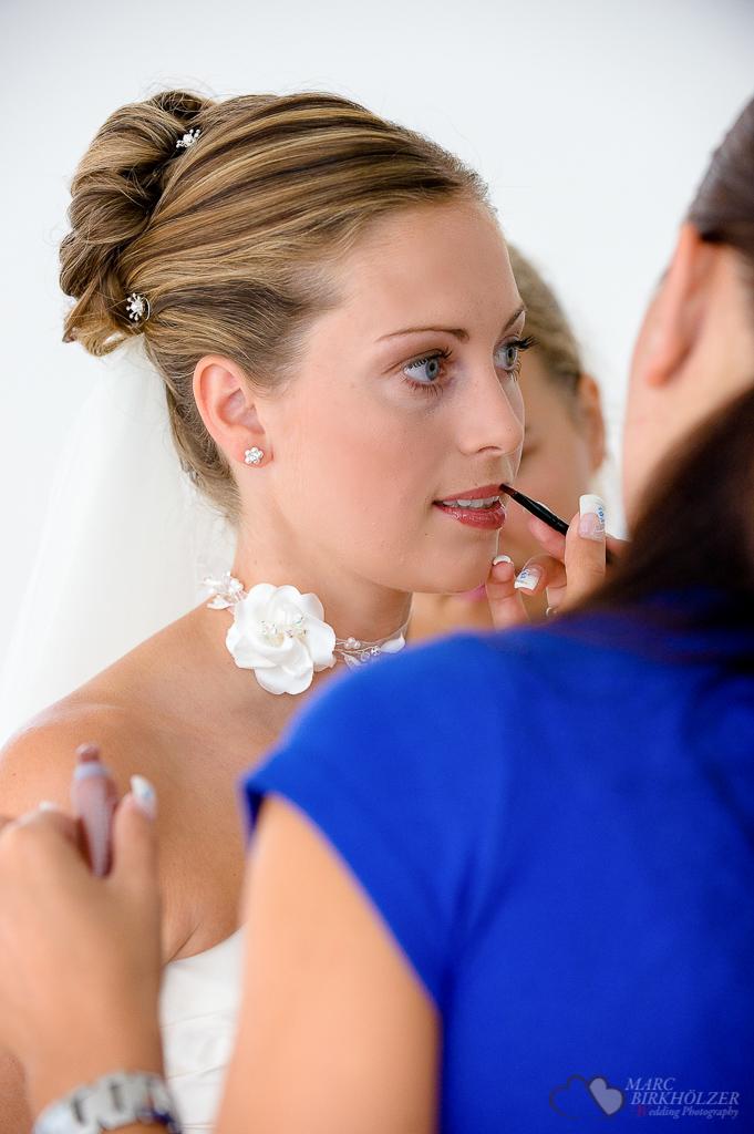 Hochzeitsreportage beim Schminken der Braut auf Burg Wanzleben fotografiert vom Hochzeitsfotograf Berlin Marc Birkhoelzer www.hochzeitsaufnahmen.com