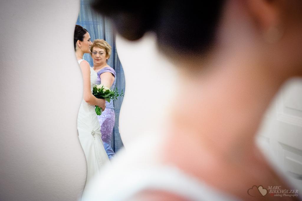 Braut im Spiegel bei Ganztagesreportage in der St. Paulus Kirche und Hotel Adrema in Berlin fotografiert vom Hochzeitsfotograf Berlin Marc Birkhoelzer www.hochzeitsaufnahmen.com