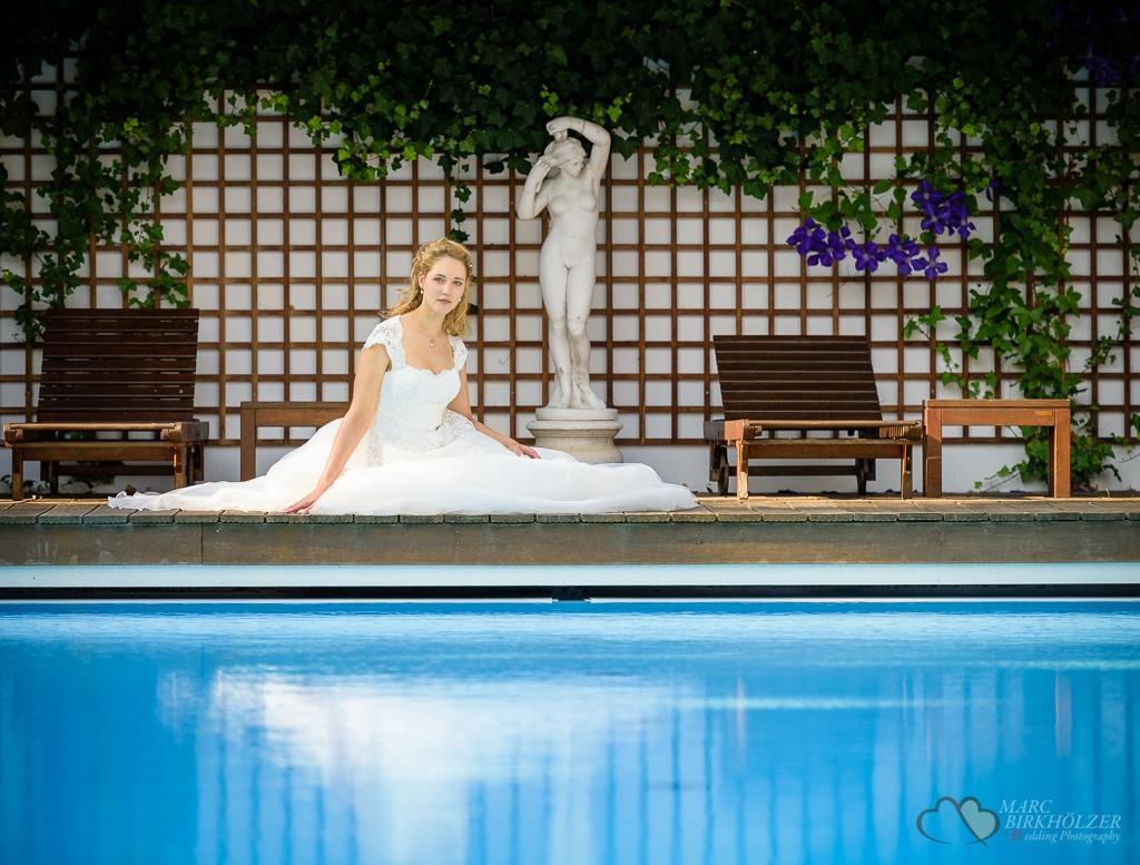 Die Braut am Pool des idyllisch gelegenen Gut Klostermühle Alt Madlitz fotografiert vom Hochzeitsfotograf Berlin Marc Birkhoelzer www.hochzeitsaufnahmen.com