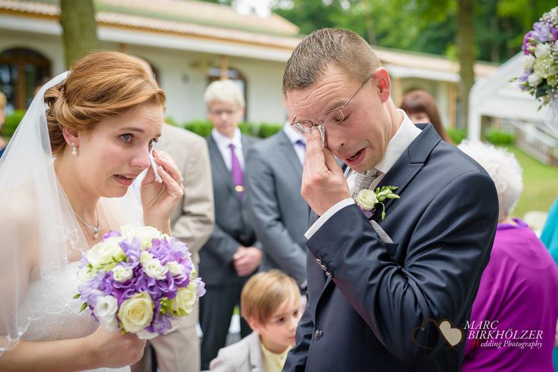 Tränen des Bräutigam und der Braut im Panoramahotel Uckermark aufgenommen vom Berliner Hochzeitsfotografen Marc Birkhölzer - Hochzeitsfotograf Berlin www.hochzeitsaufnahmen.com