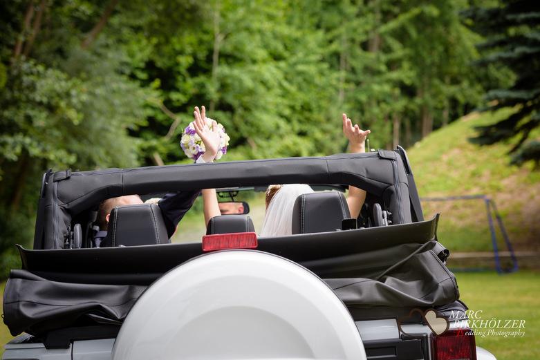 Nach der Trauung geht es mit einem Jeep zum Boot des Panoramahotel Uckermark aufgenommen vom Berliner Hochzeitsfotografen Marc Birkhölzer - Hochzeitsfotograf Berlin www.hochzeitsaufnahmen.com