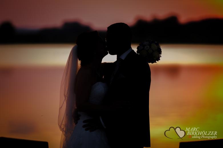 Brautpaar-Fotoshooting zum Sonnenuntergang im Panoramahotel Uckermark aufgenommen vom Berliner Hochzeitsfotografen Marc Birkhölzer - Hochzeitsfotograf Berlin www.hochzeitsaufnahmen.com