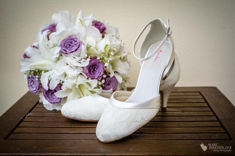 Detailaufnahme vom Hochzeitsstrauß und Brautschuhen