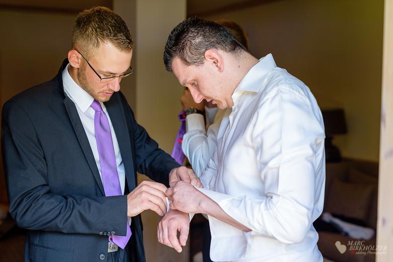 Der Bräutigam beim Anziehen