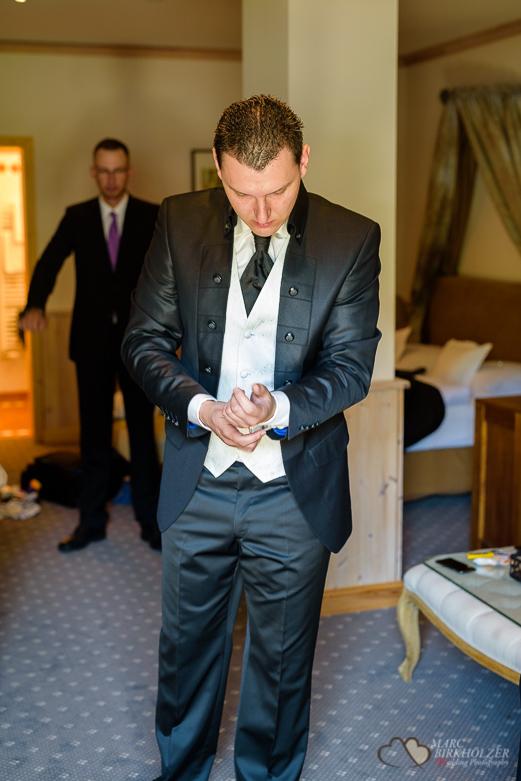 Anziehen des Bräutigam