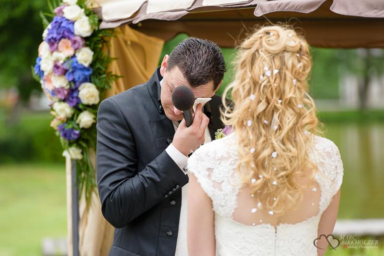 Vor Freude weinender Bräutigam