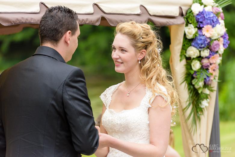 Ringe aufstecken bei einer Hochzeit