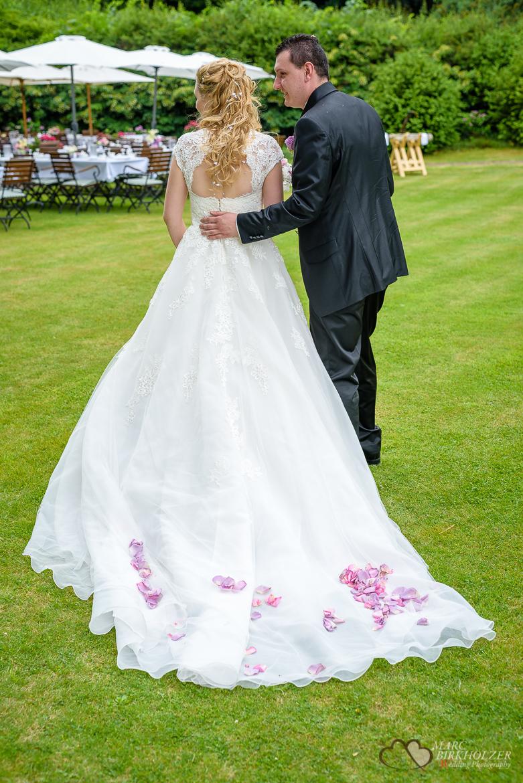 Blumen auf dem Hochzeitskleid