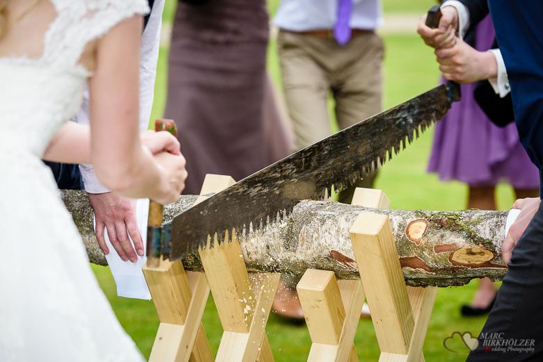 Baumstammsägen bei einer Hochzeit