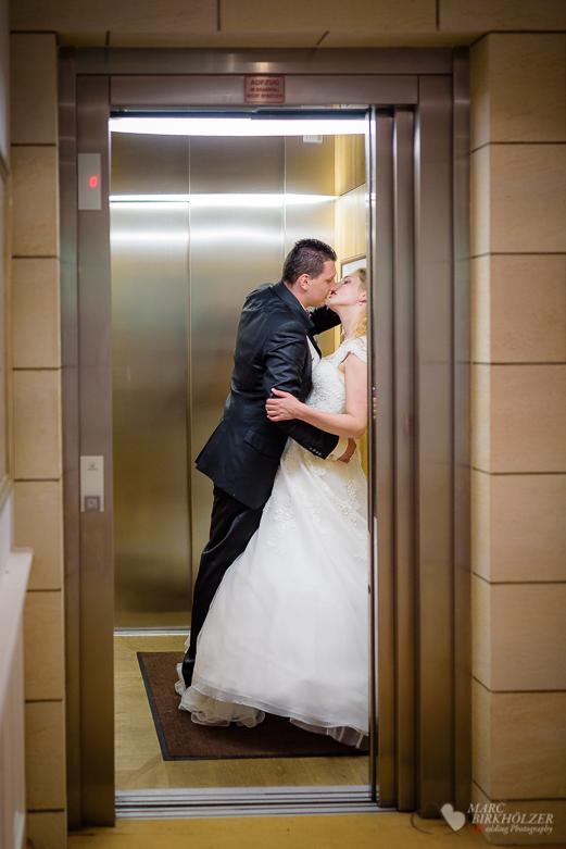 Hochzeitspaar im Aufzug Fahrstuhl