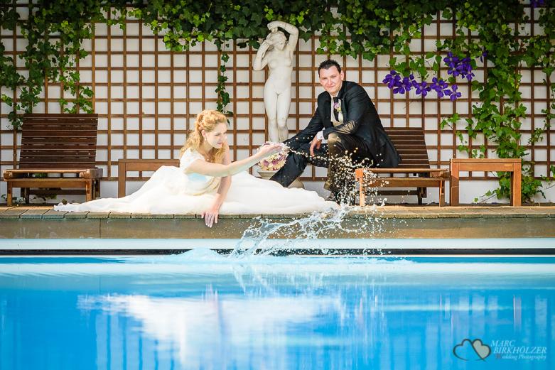 Braut und Bräutigam am Swimmingpool
