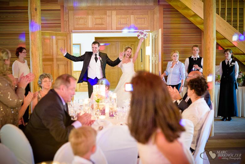 Einzug des Hochzeitspaares bei einer Hochzeitsreportage durch den Hochzeitsfotografen Berlin Marc Birkhoelzer www.hochzeitsaufnahmen.com im Gut Klostermühle in Alt Madlitz