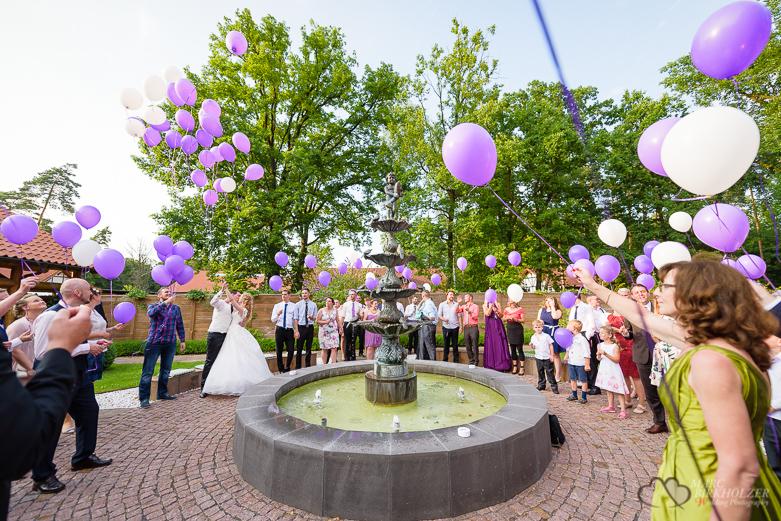 Luftballon bei einer Hochzeitsreportage durch den Hochzeitsfotografen Berlin Marc Birkhoelzer www.hochzeitsaufnahmen.com im Gut Klostermühle in Alt Madlitz