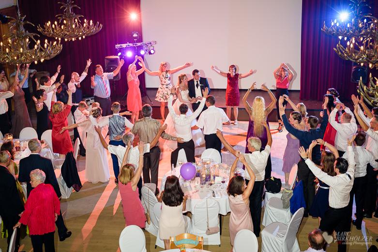 Hochzeitsfeier bei einer Hochzeitsreportage fotografiert durch den Hochzeitsfotografen Berlin Marc Birkhoelzer www.hochzeitsaufnahmen.com im Gut Klostermühle in Alt Madlitz