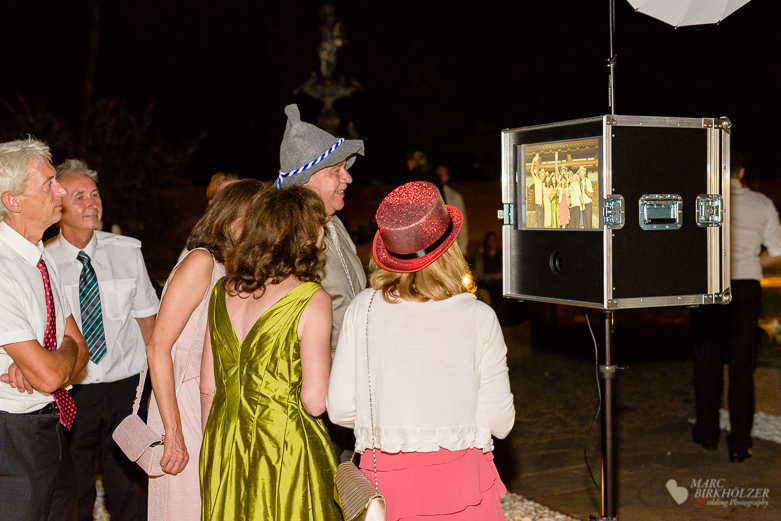 Hochzeitsfeier mit Photobooth bei einer Hochzeitsreportage fotografiert durch den Hochzeitsfotografen Berlin Marc Birkhoelzer www.hochzeitsaufnahmen.com im Gut Klostermühle in Alt Madlitz