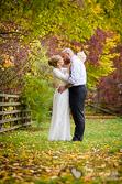 Hochzeitspaar im Garten der Britzer Mühle mit Herbstlaub fotografiert von Marc Birkhölzer